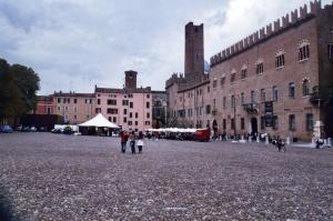 mantova-palazzo-ducale-in-piazza-sordello-a1cd35fc-5c55-4feb-9f17-967115948e9b[1]