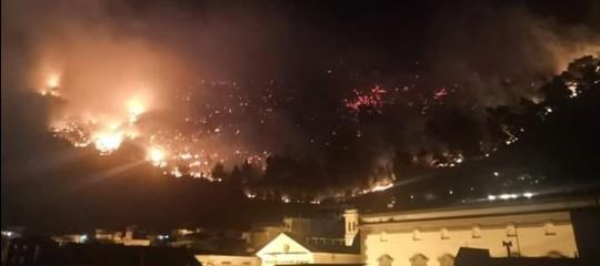 Sarno, incendio sul monte Saretto. Cittadini evacuati, scuolechiuse