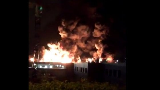 Francia, enorme incendio in impianto chimico aRouen