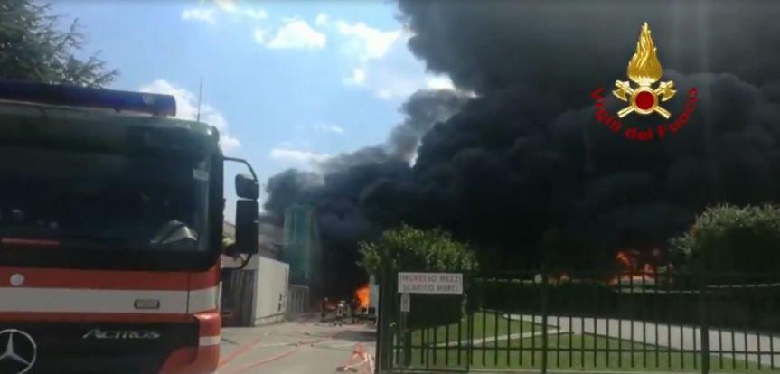 Violento incendio in un'azienda diAvellino