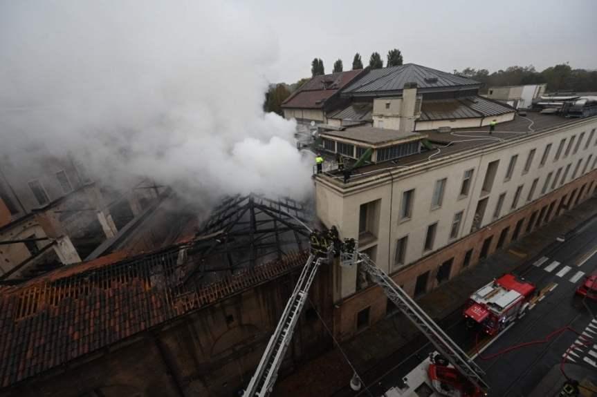 Torino: prende fuoco il tetto della Cavallerizza, in fiamme lo storicocomplesso