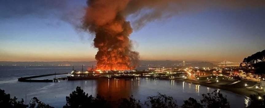 San Francisco, grande incendio a Fisherman's Wharf: distrutta parte del molosimbolo
