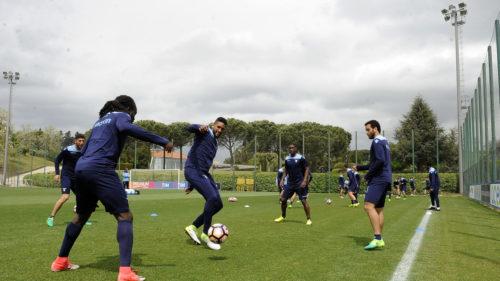Lazio, gli allenamenti: nel campo nascosto da un telo si gioca pure la partitellaproibita