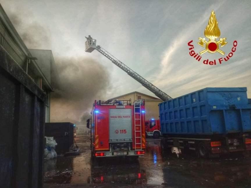Rifiuti, a fuoco un'azienda per il trattamento di carta e cartone nelMilanese