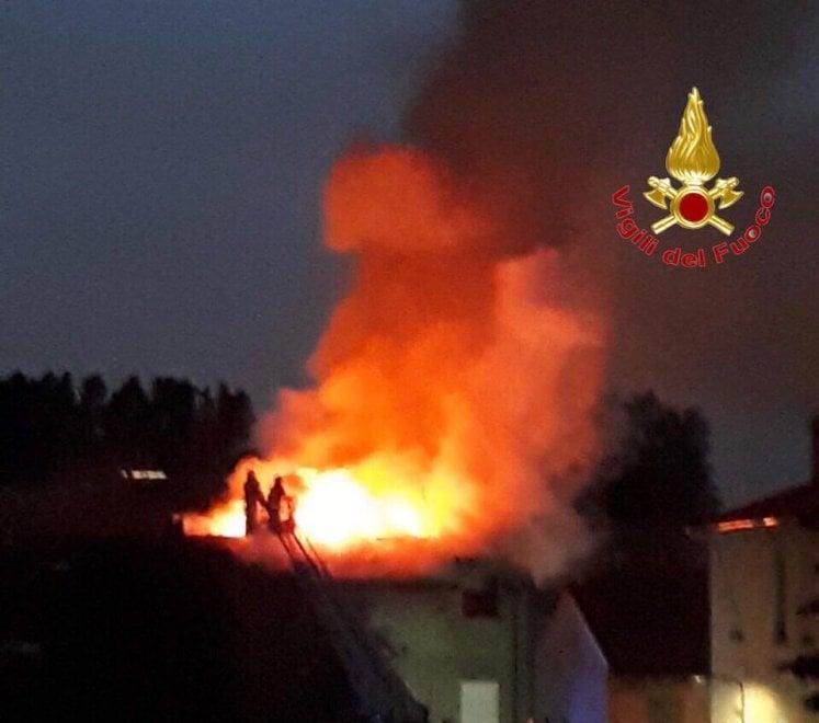 Maltempo a Milano, un fulmine colpisce il tetto e si incendia il palazzo: evacuate diecipersone