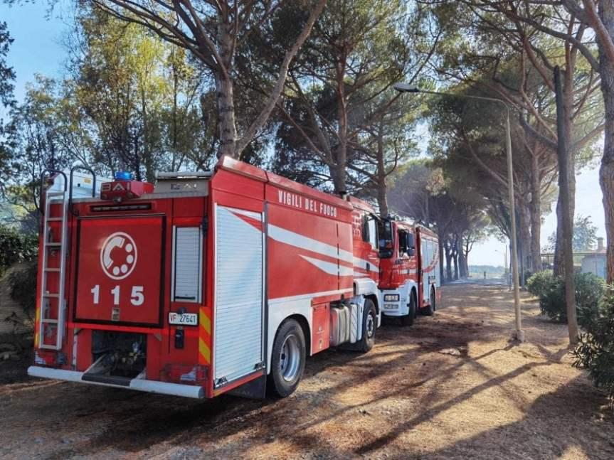 Roma, incendio a via Castel di Guido, sul posto 16 squadre di vigili delFuoco