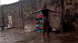 Danzava scalzo sotto la pioggia: una ex-ballerina pagherà gli studi al bambinonigeriano