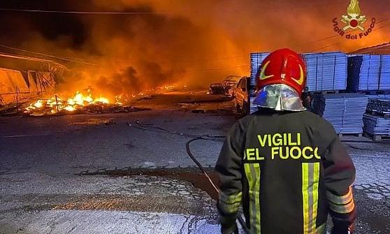 Pomezia, nella notte scoppia un violento incendio, distrutti seicapannoni