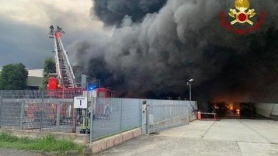 Brucia un capannone in provincia di Bergamo, cittadini costretti a restare acasa