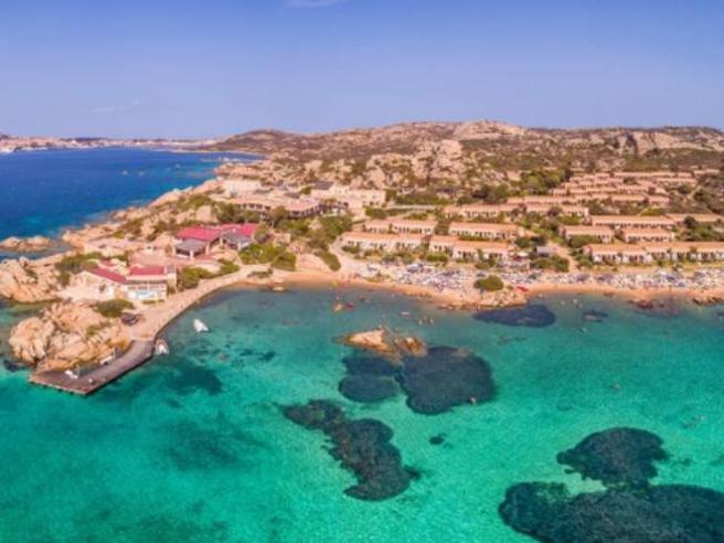 La Maddalena, liberi tutti i turisti bloccati nel resort: «La gente stava perdendo latesta»