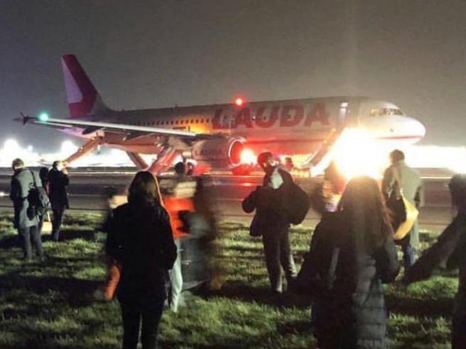 L'aereo non decolla, caos a bordo tra ordini mai dati e passeggeri in fuga con il bagaglio amano
