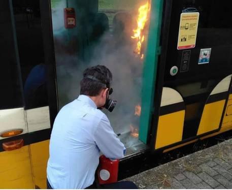 Danno fuoco a gel sul tram aMilano,