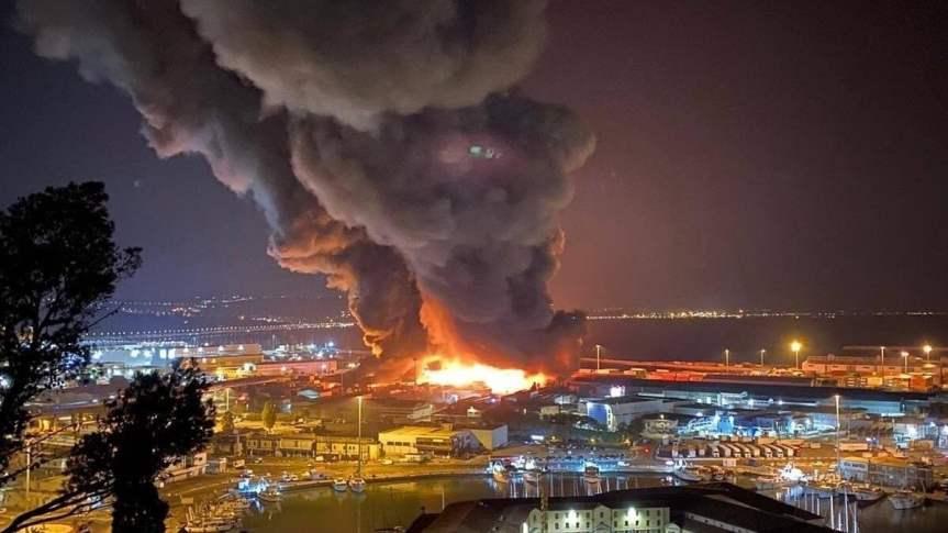 Grande incendio divampa nel porto di Ancona: scuole e parchichiusi