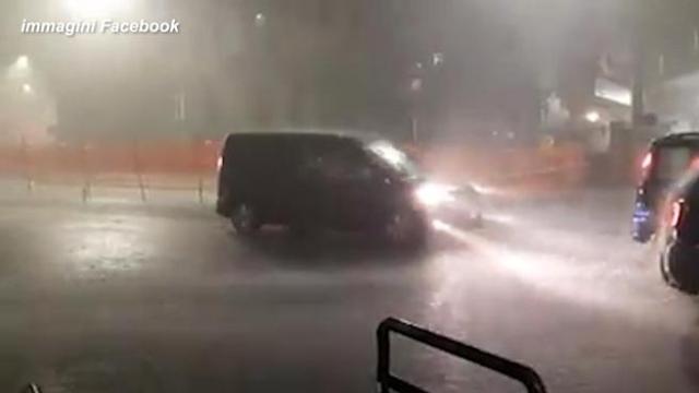 Maltempo, bomba d'acqua su Roma: allagamenti e traffico intilt