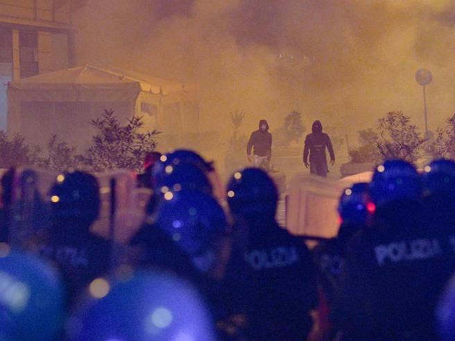 Proteste contro le misure anti-Covid a Milano, in trecento in corteo. Sassi e petardi contro la sede della RegioneLombardia