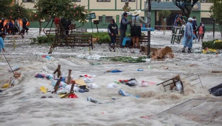 Bolivia, tempesta su Sucre: alberi e persone spazzate via dall'acqua