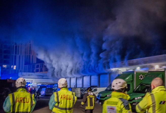 Milano, incendio in un deposito di Amazon: 26 dipendenti portati insalvo