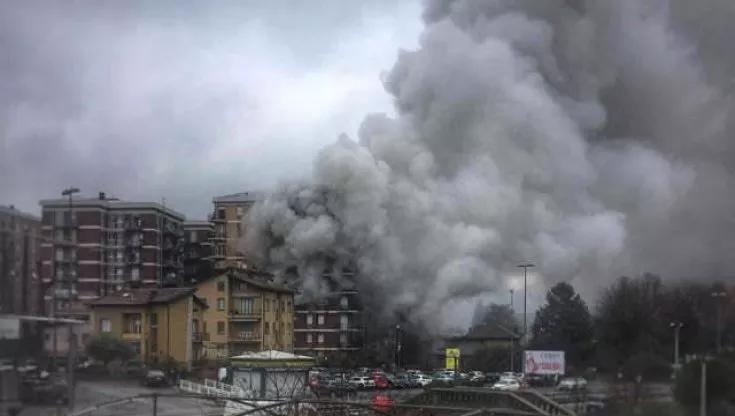 Incendio in un condominio del Lecchese, evacuate 50 persone: grave un'anziana