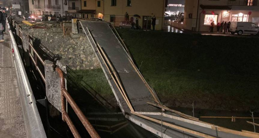 Pisa, un forte boato e il ponte pedonale (ancora da inaugurare) vienegiù