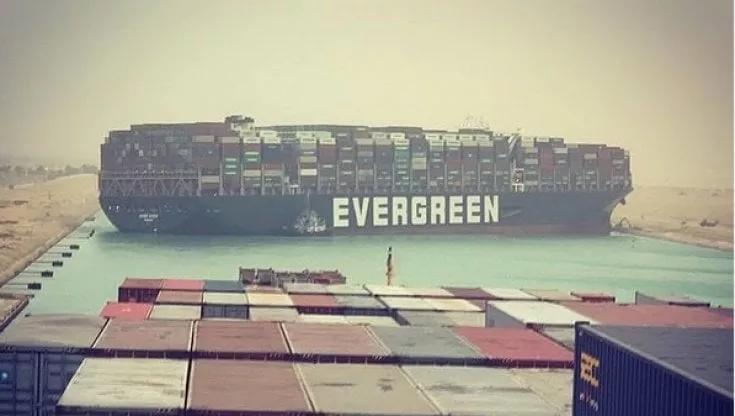 Il Canale di Suez bloccato da una gigantesca portacontainerincagliata