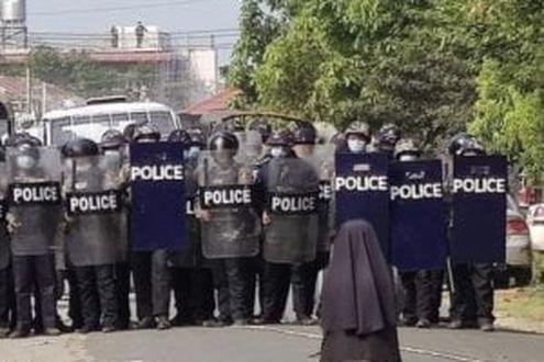 Myanmar, quella suora in ginocchio davanti alla violenza dellapolizia