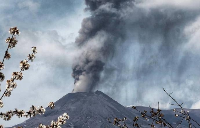Etna, colonna di fumo alta 10 chilometri: interi comuni coperti di cenere elapilli