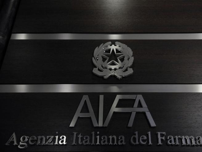 Vaccino AstraZeneca, la cautela di Aifa: «Prodotto efficace, più benefici cherischi»