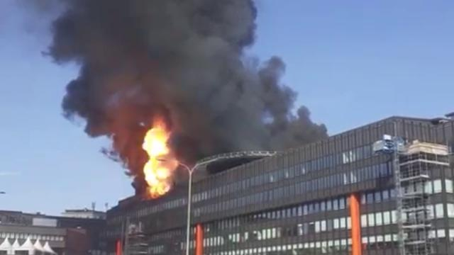 Incendio a Torino, il momento dello scoppio all'ultimo piano dell'edificio