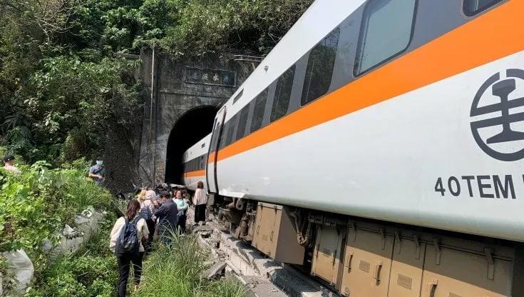 Taiwan: almeno 36 morti in deragliamento, si teme unastrage