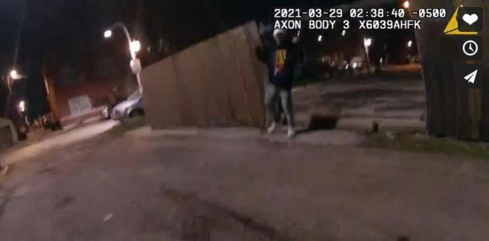 Usa: video mostra un agente sparare a un 13enne che alza lemani