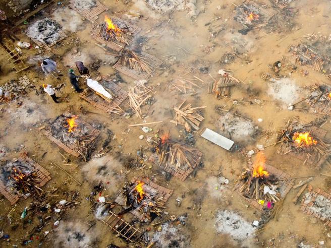 India, New Delhi senza ossigeno: corpi cremati nelle strade, aiuti dainemici