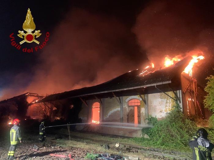 Distrutto da rogo ex scalo ferroviario aPavia