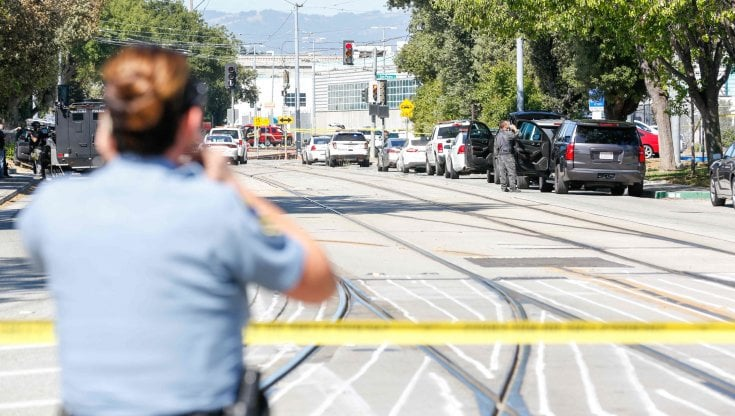 California, dipendente spara nel deposito dei tram: almeno novemorti