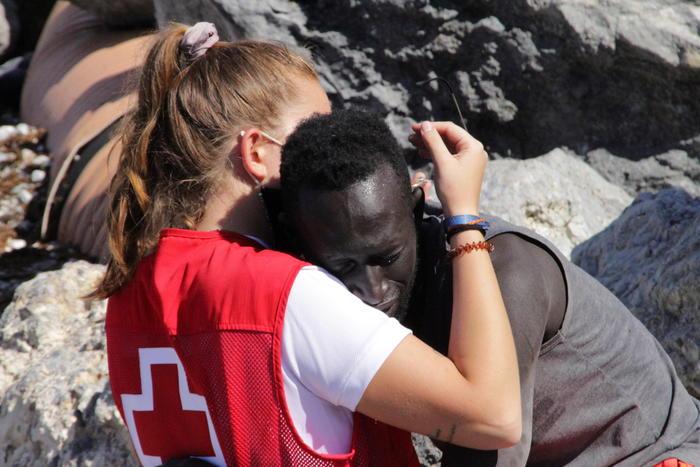 Abbraccia un migrante a Ceuta, insultata suisocial