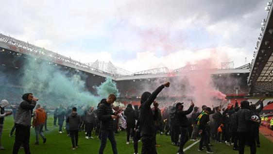 I tifosi dello United invadono il campo e impediscono di disputare la gara con il Liverpool:rinviata