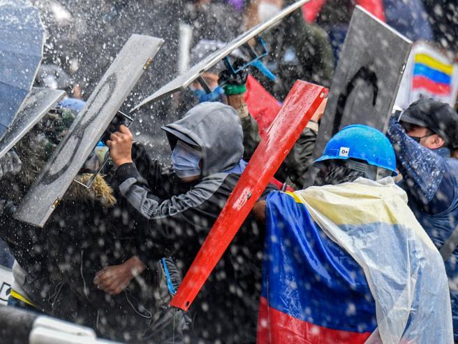 Colombia, la rabbia dei giovani contro il governo: 24 morti in piazza. L'Onucondanna
