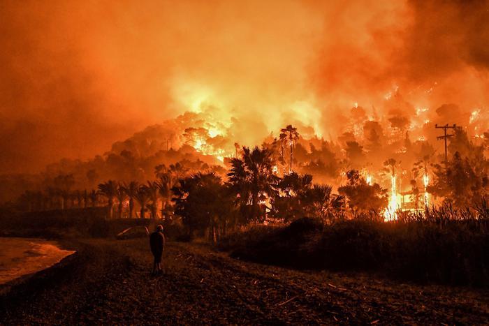 Grecia: in fiamme bosco su Golfo Corinto, centinaiaevacuati