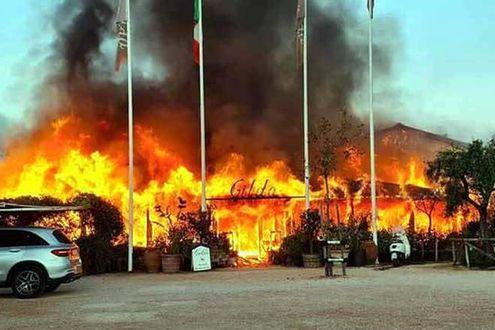 Forte dei Marmi, incendio devasta lo storico stabilimento balneareGilda