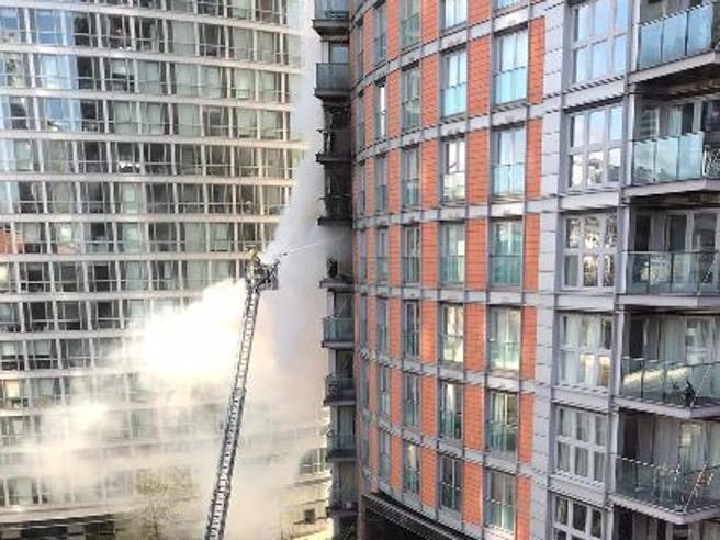 Londra, incendio in un palazzo di 19 piani, più di 100 pompieriimpegnati