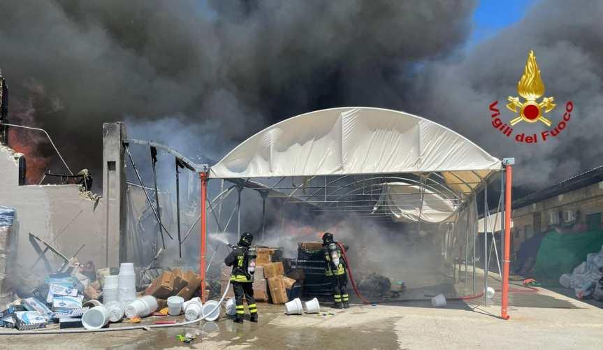 Cagliari, maxi incendio distrugge il capannone di Asia Trading in vialeElmas