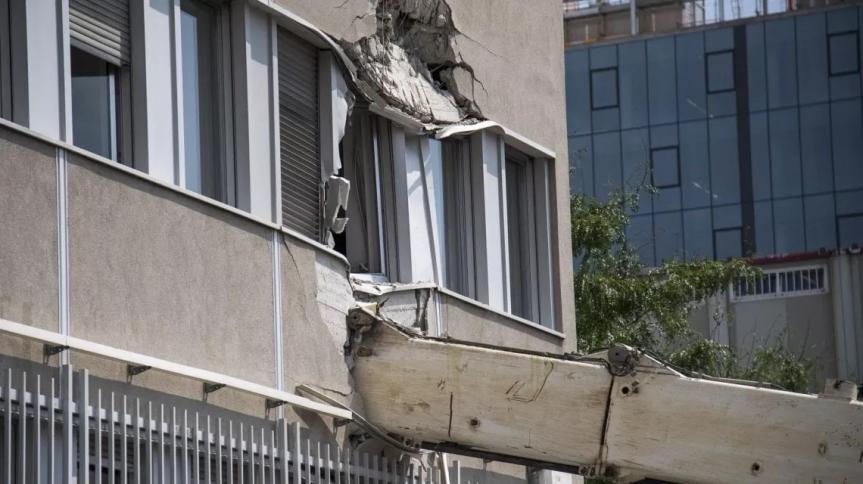 Tragedia sfiorata a Milano, trivella alta 10 metri crolla sulla sede dell'Ifom: evacuati 300 ricercatori ma nessunferito