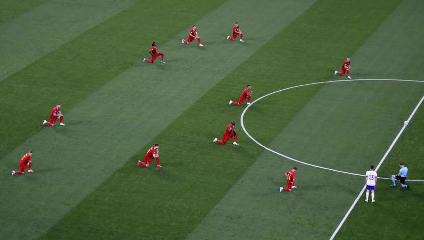 Europei, giocatori del Belgio in ginocchio contro il razzismo prima del match con la Russia. Gli arbitri li imitano. Fischi dal pubblico di SanPietroburgo