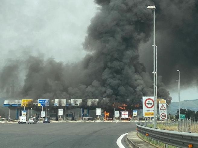 Furgone a fuoco: le fiamme bruciano il casello dell'autostrada alle porte diRoma