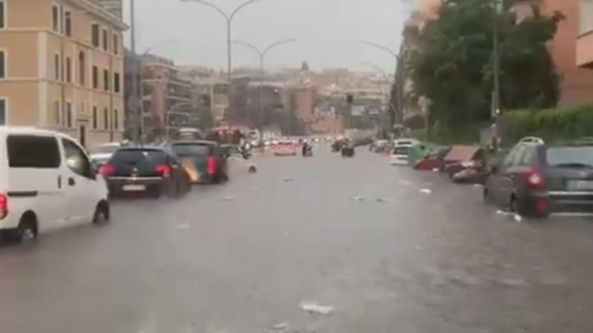 Bomba d'acqua a Roma, evacuati bimbi da un asilo allagato. Caos a Corso Francia, Prati, PonteMilvio