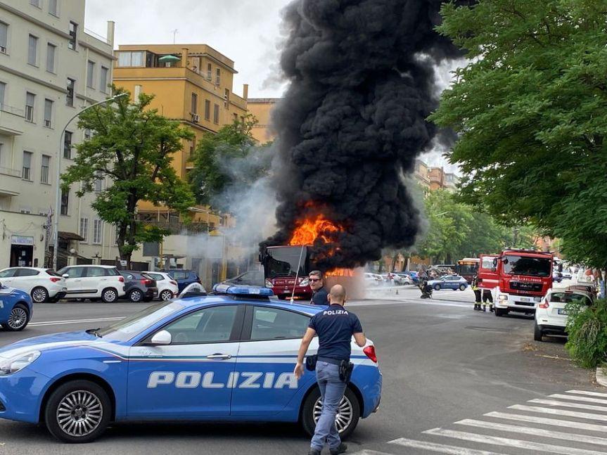 Autobus in fiamme vicino ospedaleSpallanzani