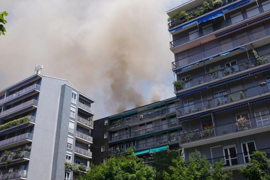 Milano, incendio in sottotetto palazzo: due intossicatilievi
