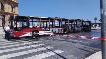 Bari, prende fuoco un autobus dell'Amtab: panico sullungomare
