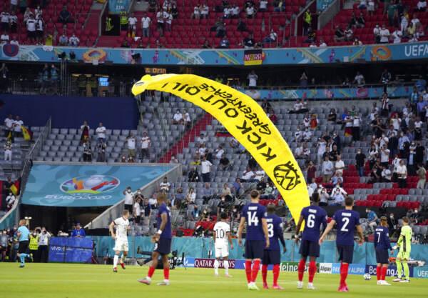 Euro2020, panico prima di Germania-Francia. Un paracadutista di Greenpeace plana sullostadio