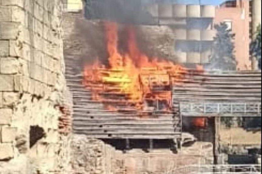 Pozzuoli, incendio all'Anfiteatro Flavio: le fiamme distruggono le gradinate inlegno